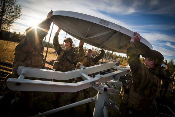 Satellittkommunikasjon er avgjørende for Forsvarets virksomhet. Her rigges det til øvelse.