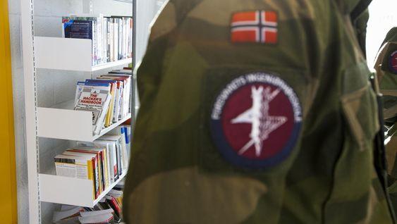 Vi kunne ikke unngå å legge merke til «The Hacker's Handbook», «Global Information Warfare» og tilsvarende titler i bokhyllene bak oberstløytnant Roger Johnsen.