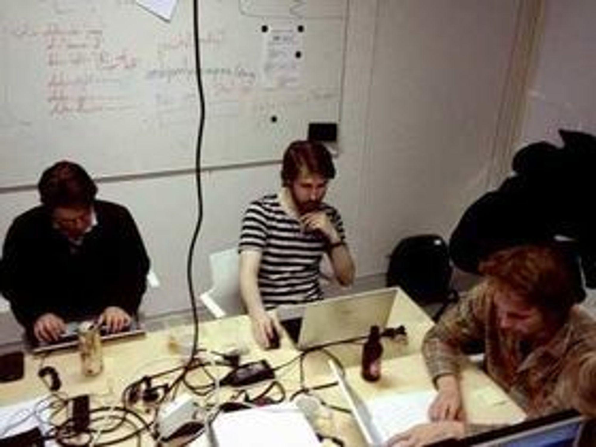 """Patrick Skevik (til venstre), Sigmund Hansen og Stian Petlund på """"Team Engdal"""" koder for harde livet."""