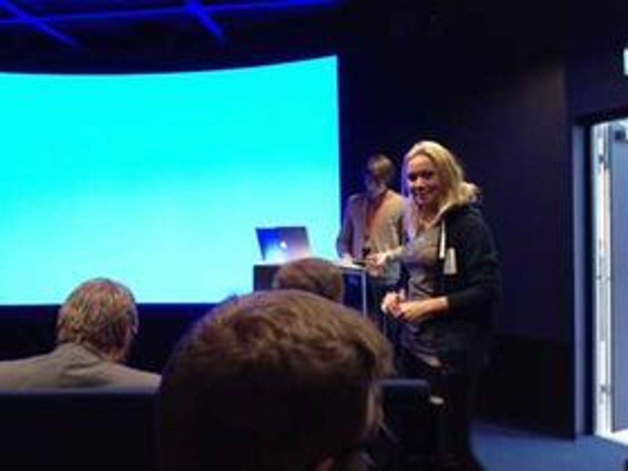 StartupLabs Karen Dolva var den som sørget for at alt gikk som det skulle under hackatonet - kanskje den viktigste jobben. Bildet er tatt fra salen hvor deltagerne presenterte sine løsninger.
