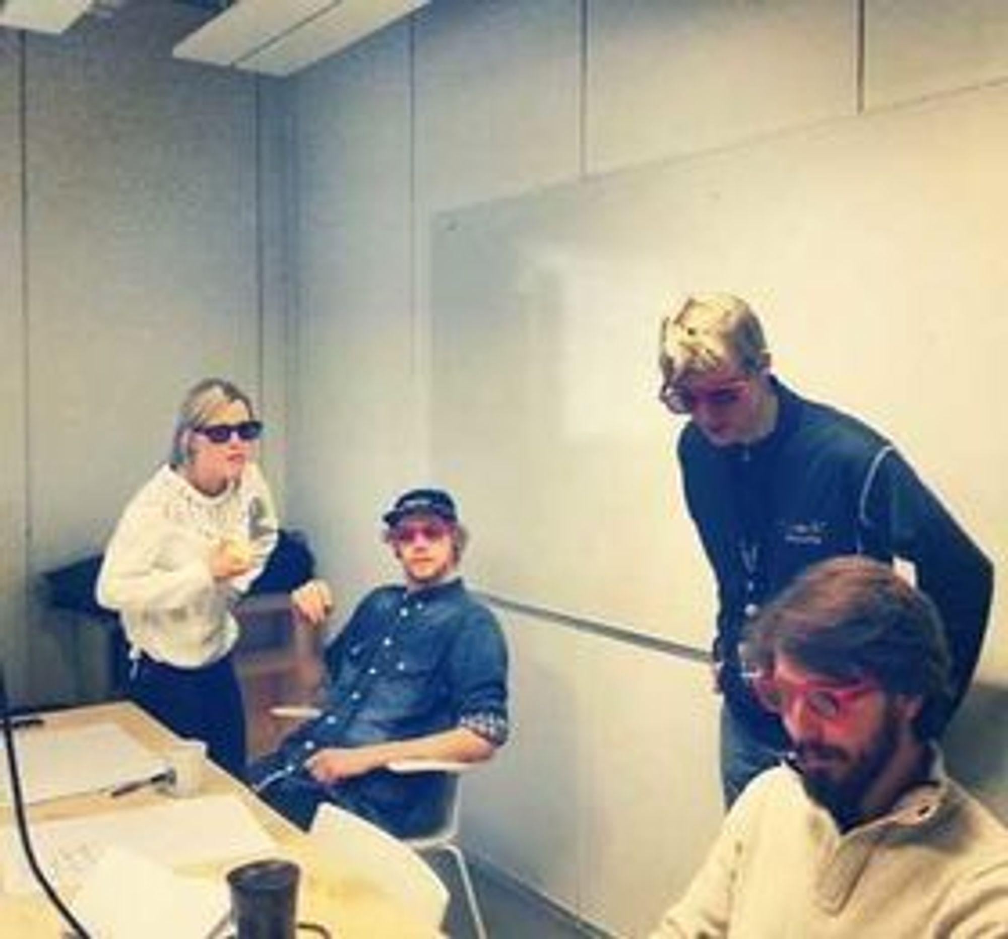 Vilde Fjeldstad (til venstre), Asbjørn Voie, og teamleder Geir Engdal og Sigmund Hansen sjekker løsningen med 3D-briller.