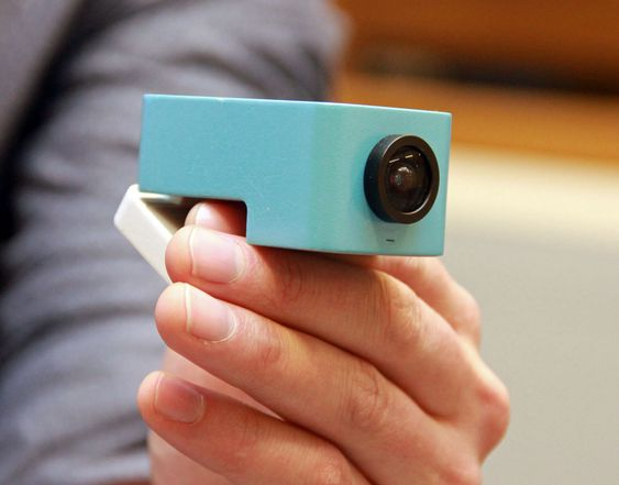 Kubicam-kameraer festes enkelt på toppen av en tv eller annen skjerm.