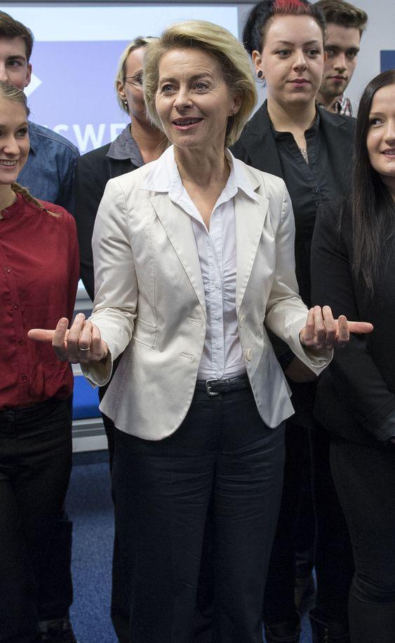Enkelte vifter mer fingrene med sine enn andre. Her er Ursula von der Leyen avbildet under et helt annet arrangement i november i fjor.