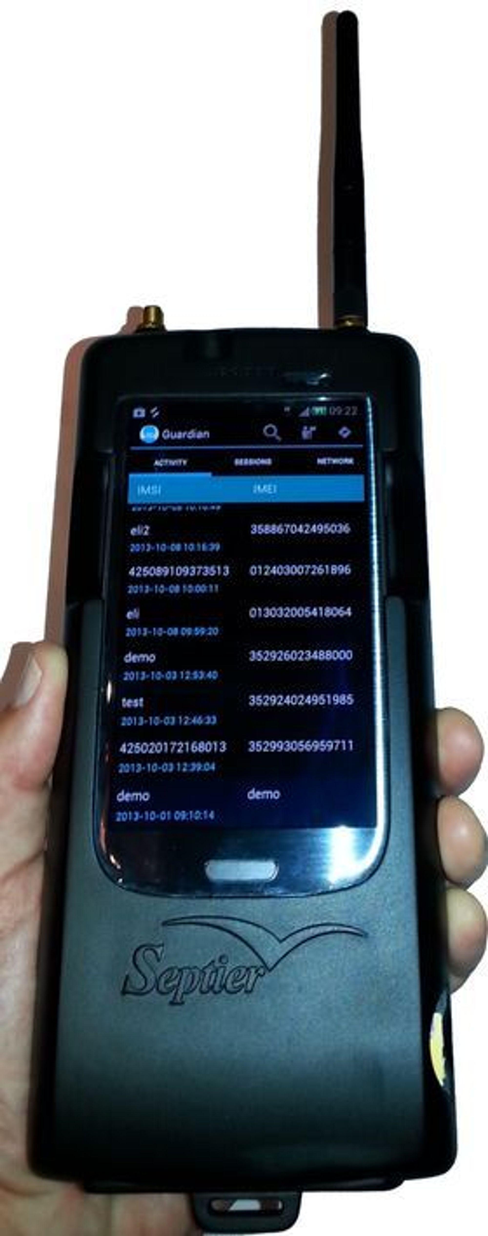 Septier IMSI Catcher Mini, som er koblet til en smartmobil.