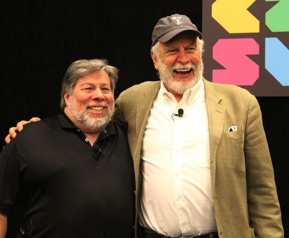 GAMLE KOLLEGER: Bushnell er her avbildet sammen med Apples medgründer (til v.) Steve «The Woz» Wozniak, som han i sin tid ansatte.