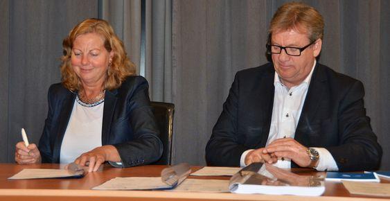 Telenors norgessjef Berit Svendsen signerer med Relacom-direktør Øystein Knudsen.