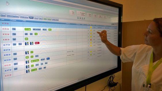 Slike elektroniske tavler skal tas i bruk på vaktrommene på det nye sykehuset i Østfold. På tavlen kan sykepleiere og leger blant annet se og redigere pasientinformasjon og -status, inkludert hvem som er ansvarlig for hver enkelt pasient.