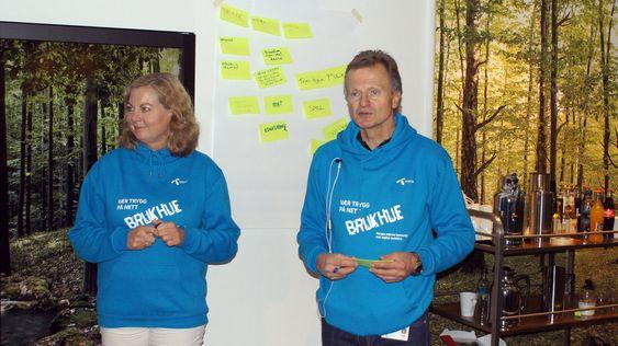 Telenors Berit Svendsen og Jon Fredrik Baksaas ønsket superbrukere velkommen.