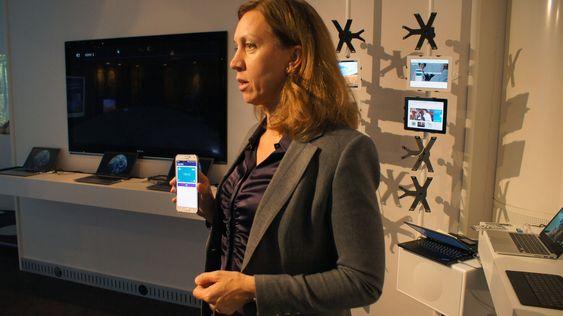 Victoria Erngard i Telenor viser frem Valyou - løsningen for mobil betaling.