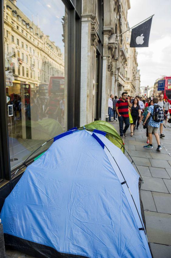 TIDLIG UTE: iPhone 6-køen utenfor Apple Store i Regent Street i London. Allerede 9. september, da dette bildet ble tatt, var to campere på plass i telt.