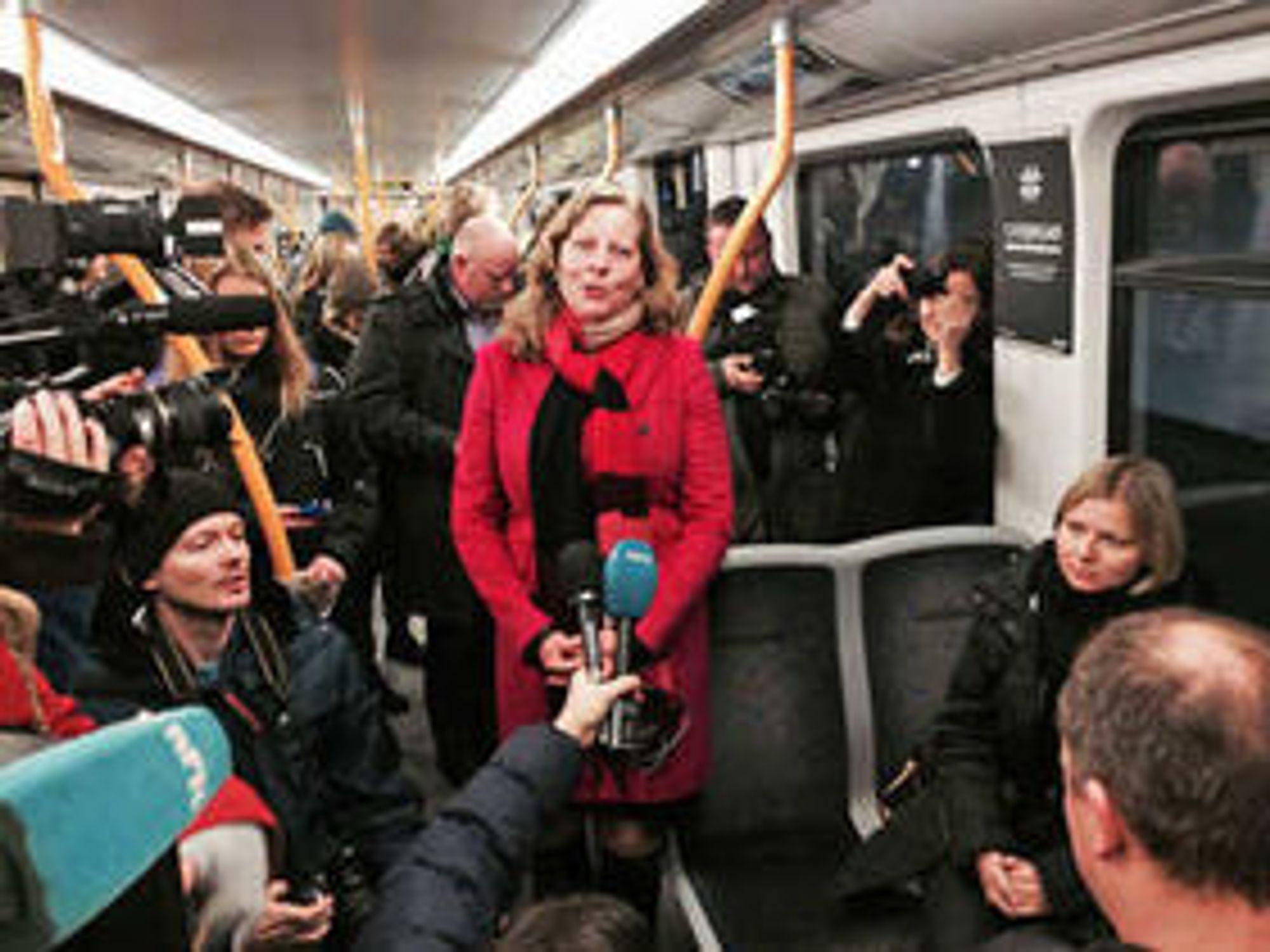 Telenor-sjef Berit Svendsen fra dagens pressekonferanse, som uvanlig fant sted ombord på t-banen.