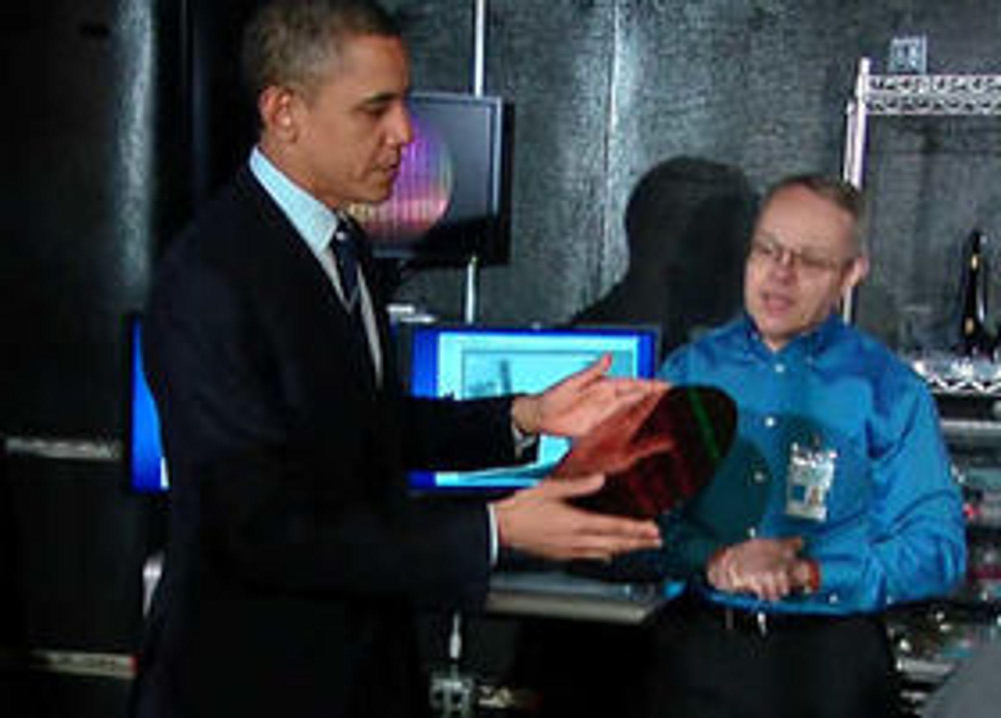 USAs president Barack Obama studerer en silisiumwafer hos Intel.