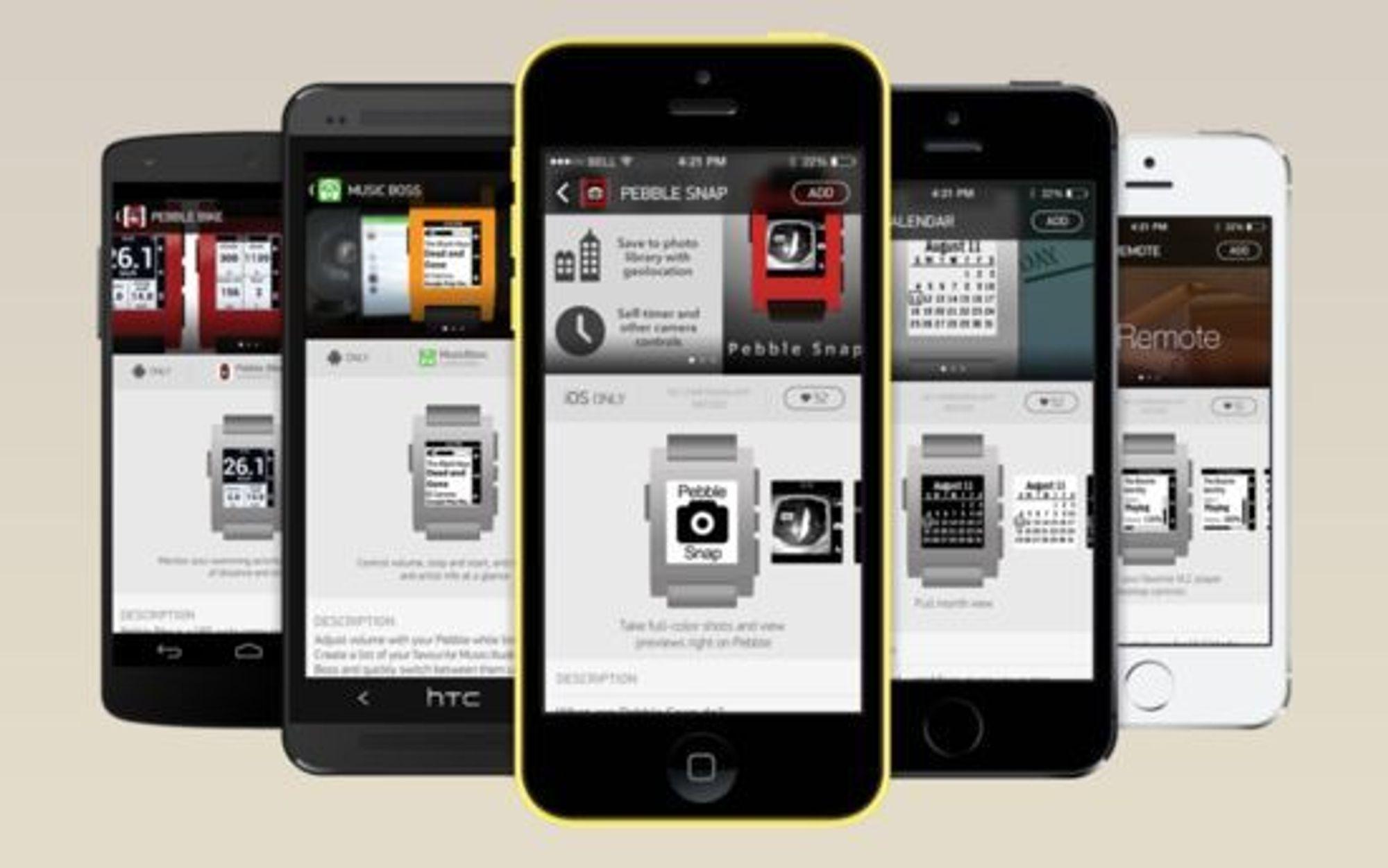 Apper til Pebble hentes gjennom mobilen, og overføres til uret over Bluetooth.