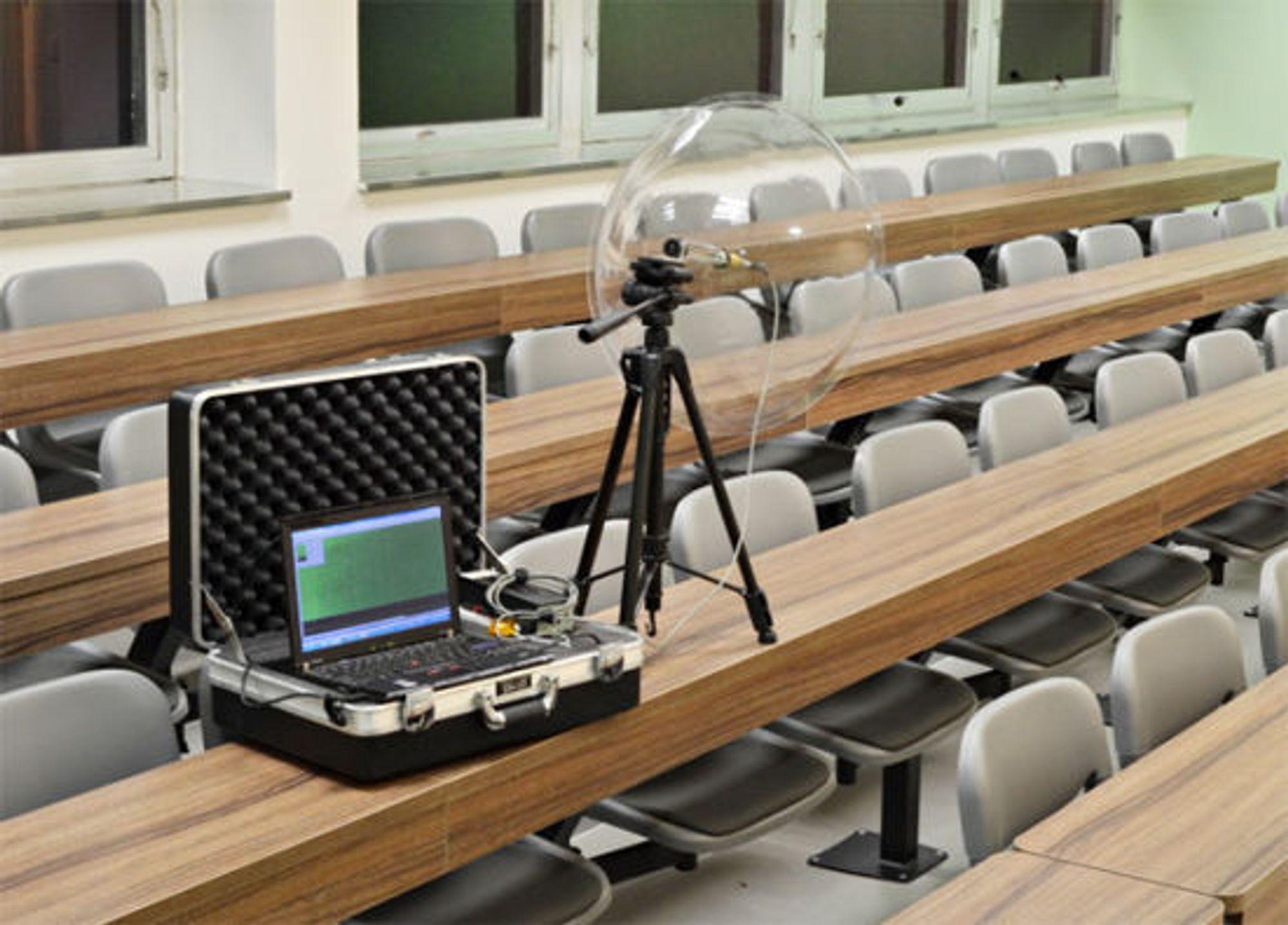 Med spesiell mikrofon kan lydopptaket gjøres på fire meters avstsand. Lokket på kofferten kan gjerne være igjen.