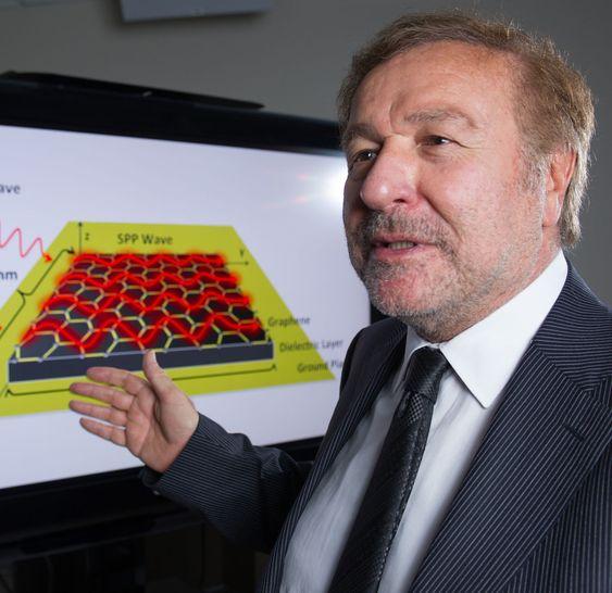 Professor Ian Akyildiz og den modellerte grafénantennen.