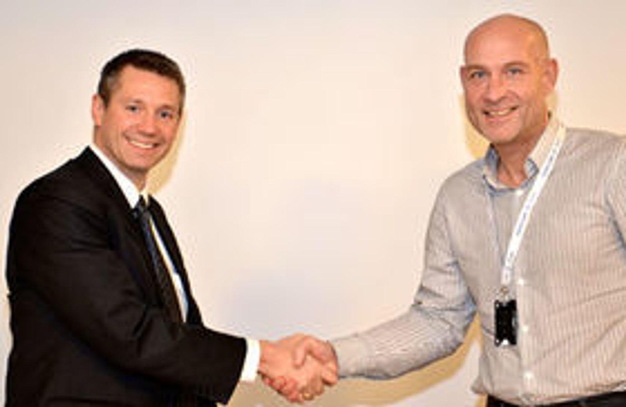 IBM Norges toppsjef (fra v.) Arne Norheim kan smile etter å ha signert kontrakt med Helse Midt-Norge og Trond Michael Andersen. Nå er de klare for første etappe i et prosjekt som tidligere ble stoppet.
