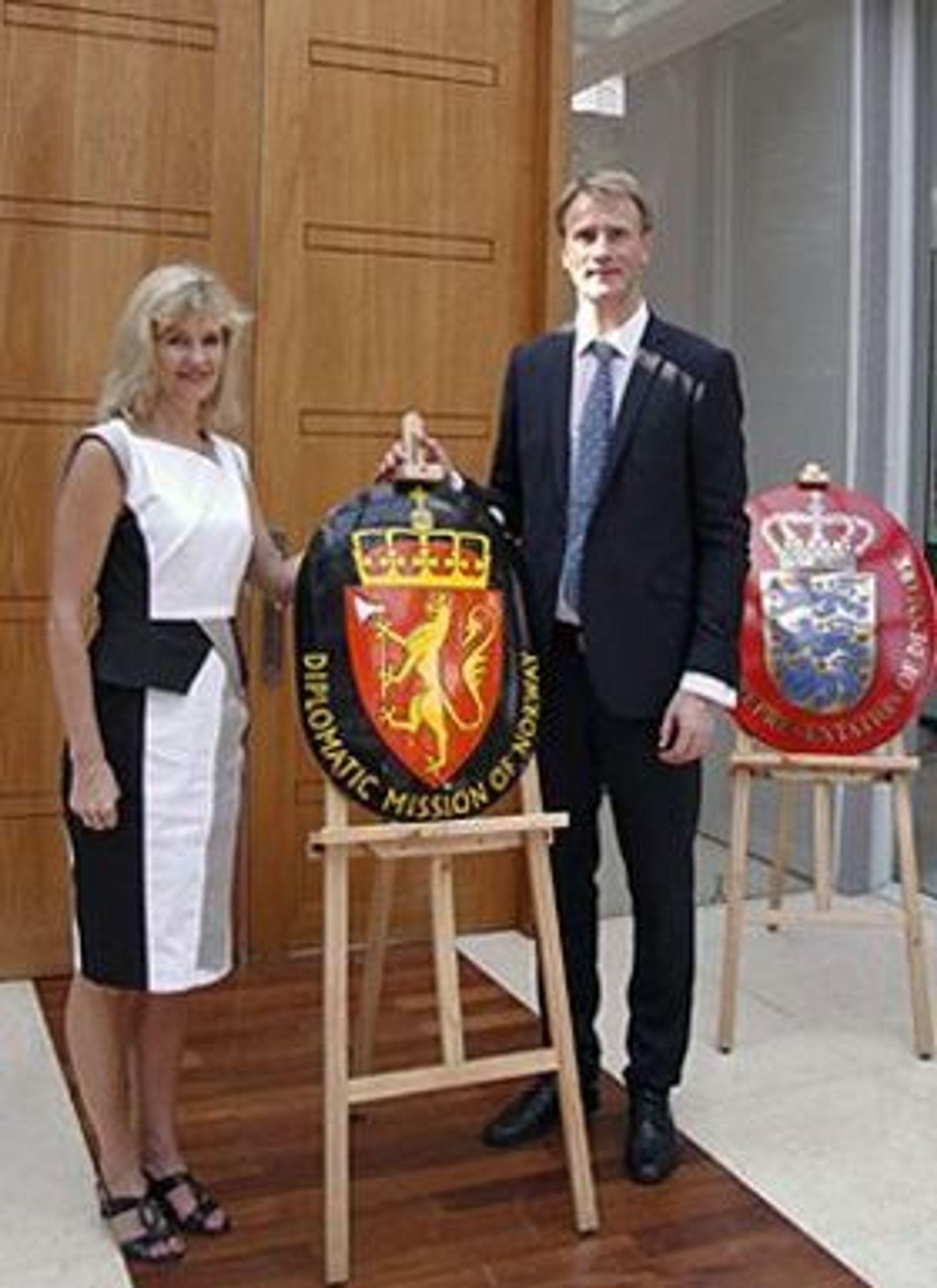 Fra UD til Telenor: Ambassadør Katja Nordgaard her sammen med ambassaderåd Arne Jan Flølo. Bildet er fra åpningen av et nytt ambassadekontor Myanmar i 2012.