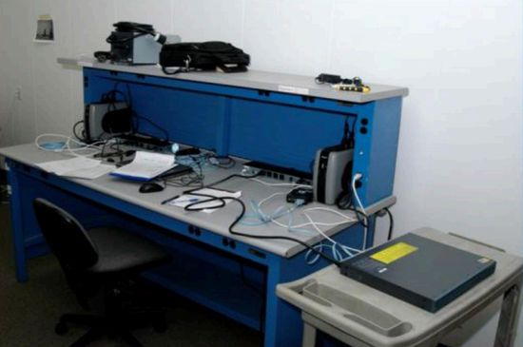 En «load station» er en hensiktsmessig arbeidsbenk der NSA tukler med utstyret.