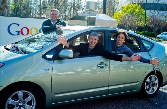 Googles styreformann, Eric Schmidt (bak bilen), og de to gründerne Larry Page og Sergey Brin (th) inne i bilen i 2011.