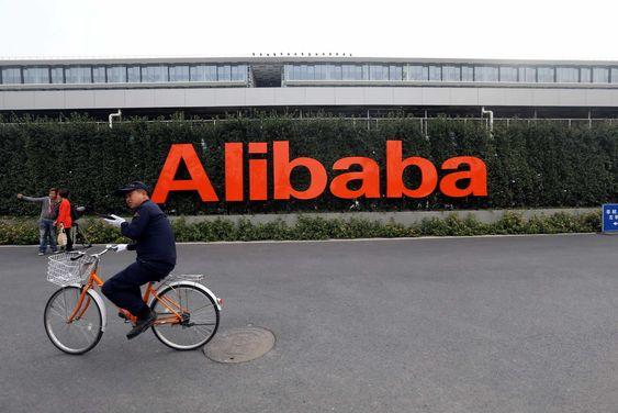 En syklist passerer Alibabas hovedkvarter i Hangzhou, Kina.
