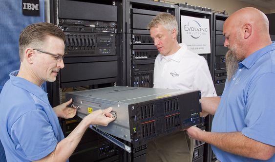 Installasjon av en IBM Power 840-server ved bedriften Evolving Soultions i Minnesota.