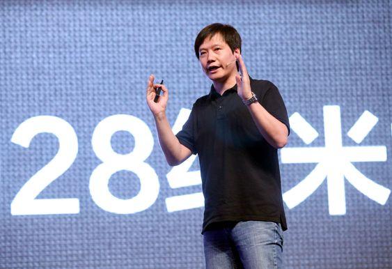 Olabukse og svart overdel under lanseringen av MI-2 i august 2012: Xiaomis toppsjef og gründer Lei Jun har Steve Jobs som forbilde.