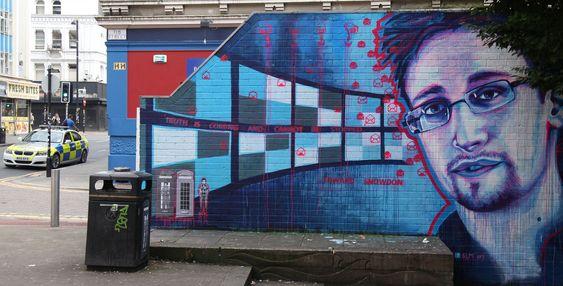 Her er den spionsiktede USA-varsleren avbildet som graffiti nord i Manchester, Storbritannia.