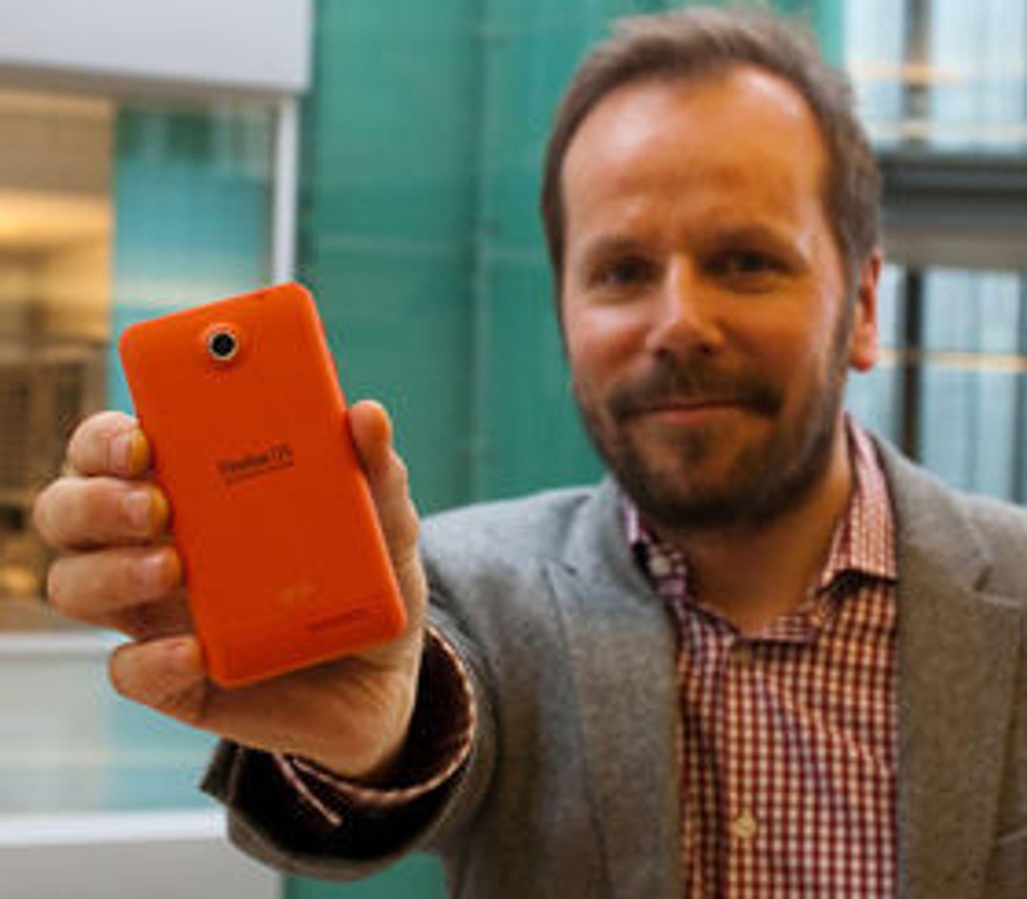 Frode Vestnes med en Firefox OS-basert utviklertelefon fra Geekphones, som ble utsolgt få timer etter lanseringen i slutten av april.