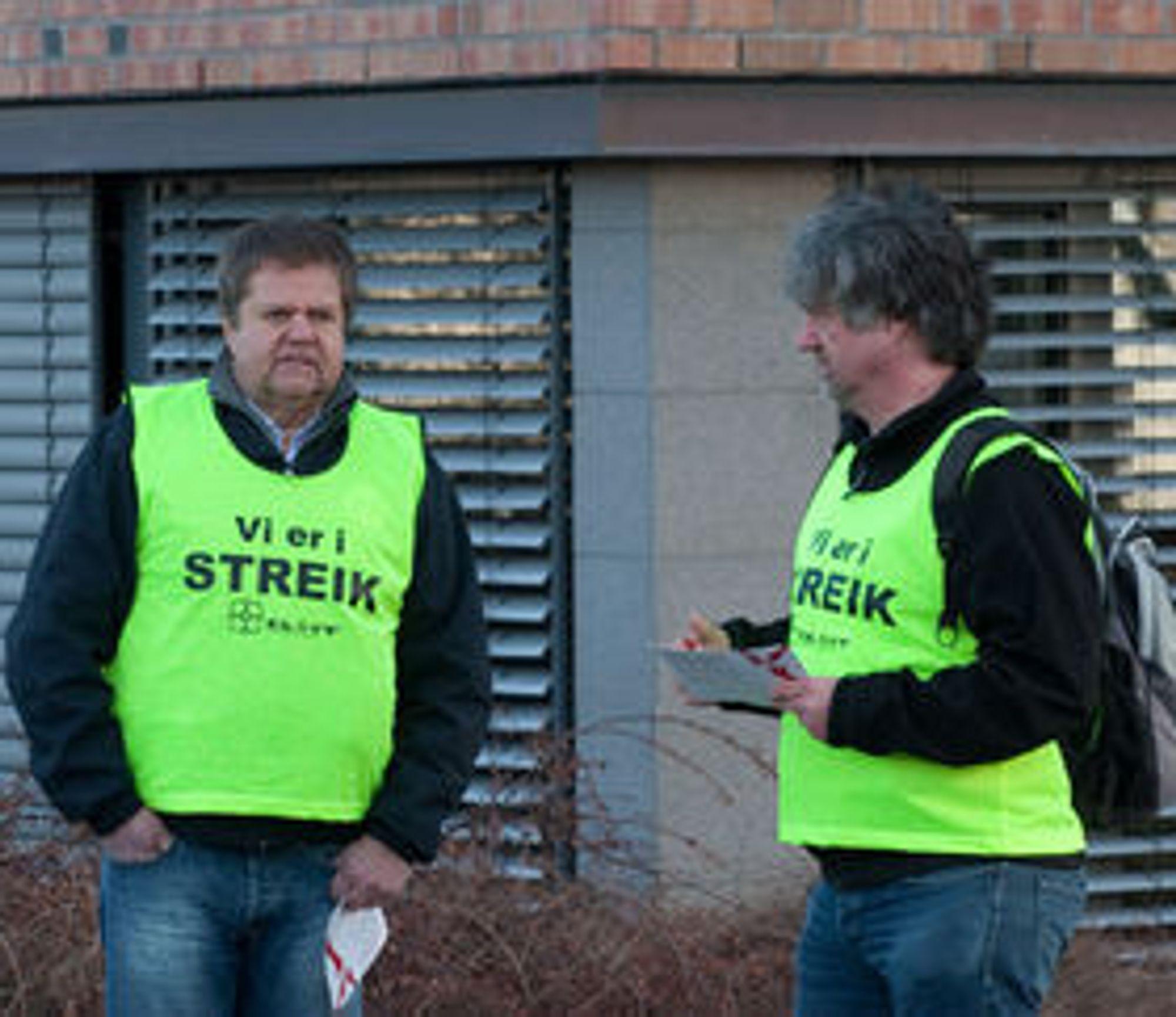 En småfrossen nestleder Fred Antonsen (til v.) i El & IT Forbundets klubb Atea delte tirsdag ut løpesedler for å informere om hvorfor de streiker.