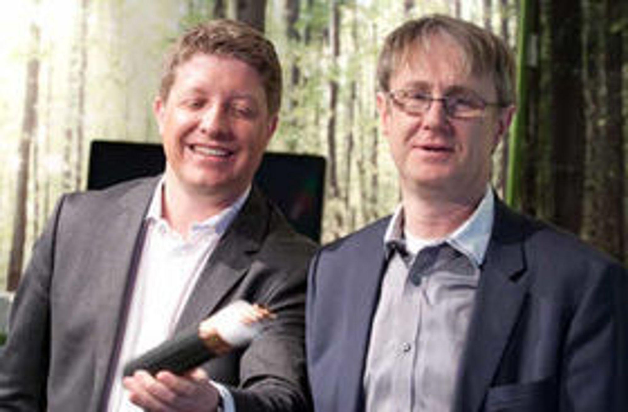 Endelig er det duket for et skikkelig tilbud i t-banetunnelene. Her viser Telenors teknologidirektør (fra v.) Frode Støldal og dekningdirektør Bjørn Amundsen fram kabelen.