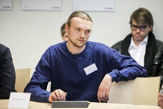 Simon Strumse i oppstartsselskapet Fimgraikl kunne fortelle at det var veldig vanskelig å få tilgjengelig programmeringsressurser da de skulel sette sin i de ut i livet.