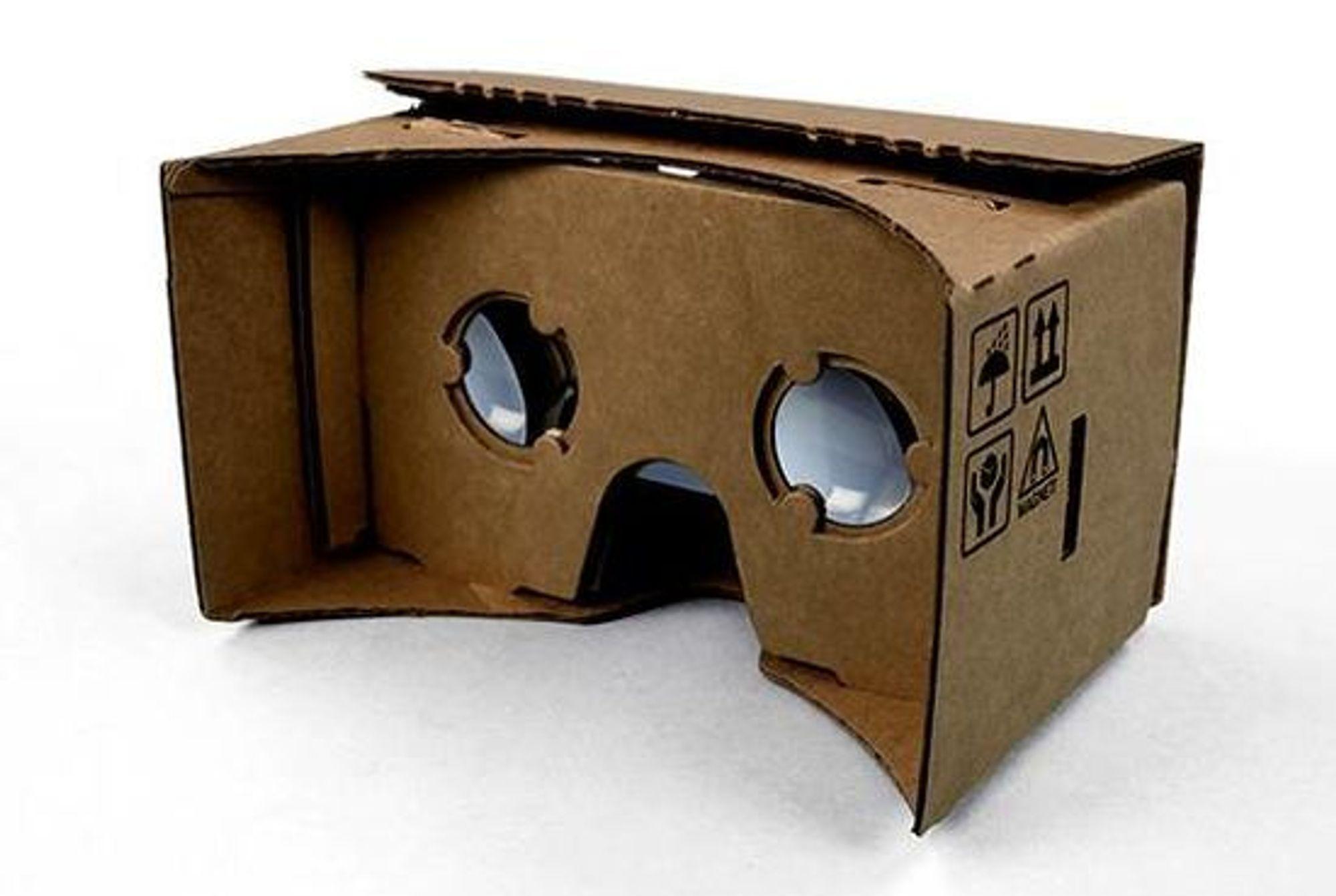 Cardboard, slik den ser ut når den er ferdig brettet. Smartmobilen legges inn bak en luke på motsatt side av den som vises på bildet.