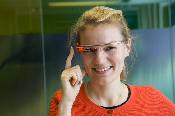 Googles Christine Sørensen viser en tidligere modell av teknobrillene til digi.no