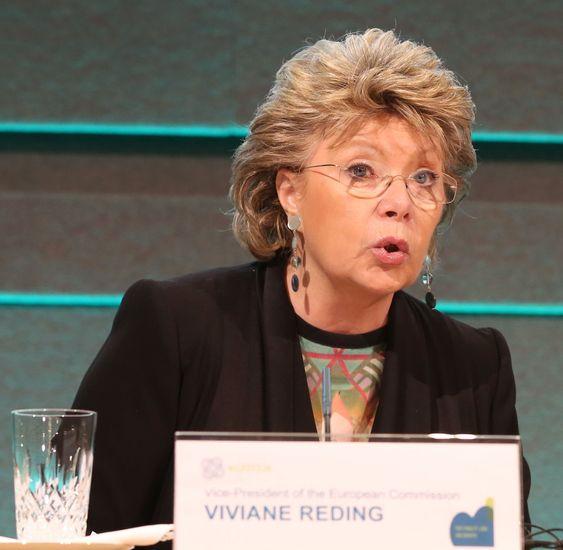 Viviane Reding sier er EU-kommisjonen vil revurdere Safe Harbour-avtalen med USA.