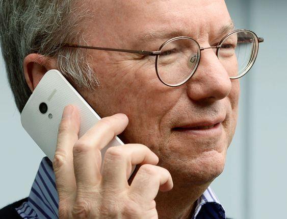 Eric Schmidt med Googles kommende Moto X, en smarttelefon som skal lanseres verden over. En mulig konkurrent til Samsungs Galaxy-serie eller iPhone?
