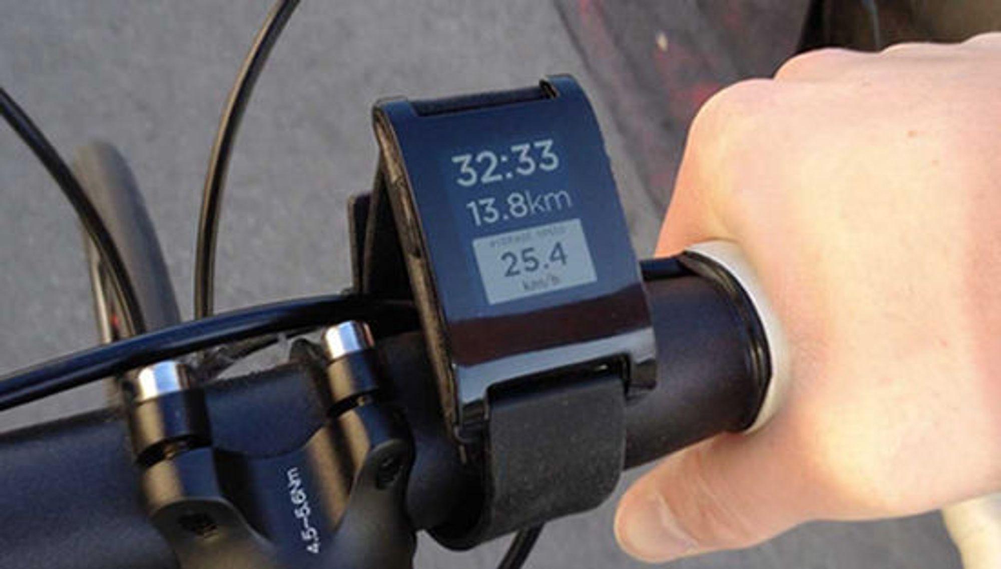 Sykkelapplikasjonen til Pebble henter posisjonsdata fra smartmobilen, og erstatter sykkelcomputeren.