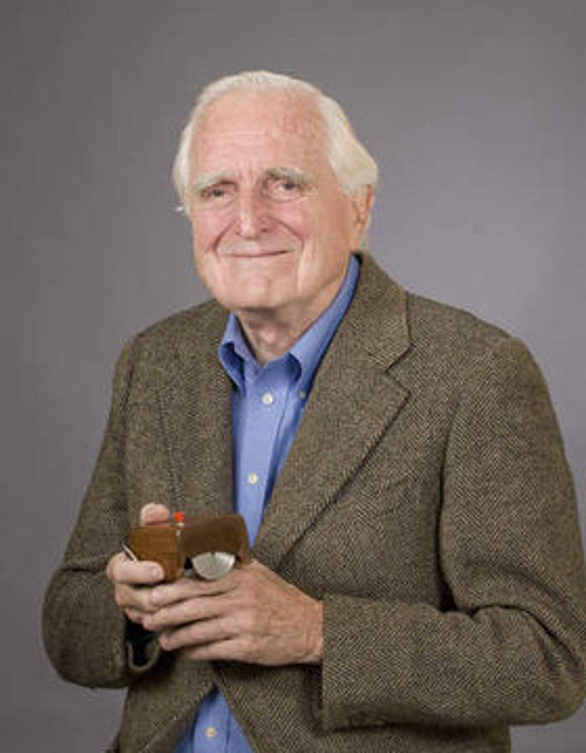Douglas «Doug» Engelbart gikk bort tirsdag, 88 år gammel. Få har satt sitt spor så tydelig på det moderne samfunn som han. På bildet viser han frem sin mest kjente oppfinnelse, musen.