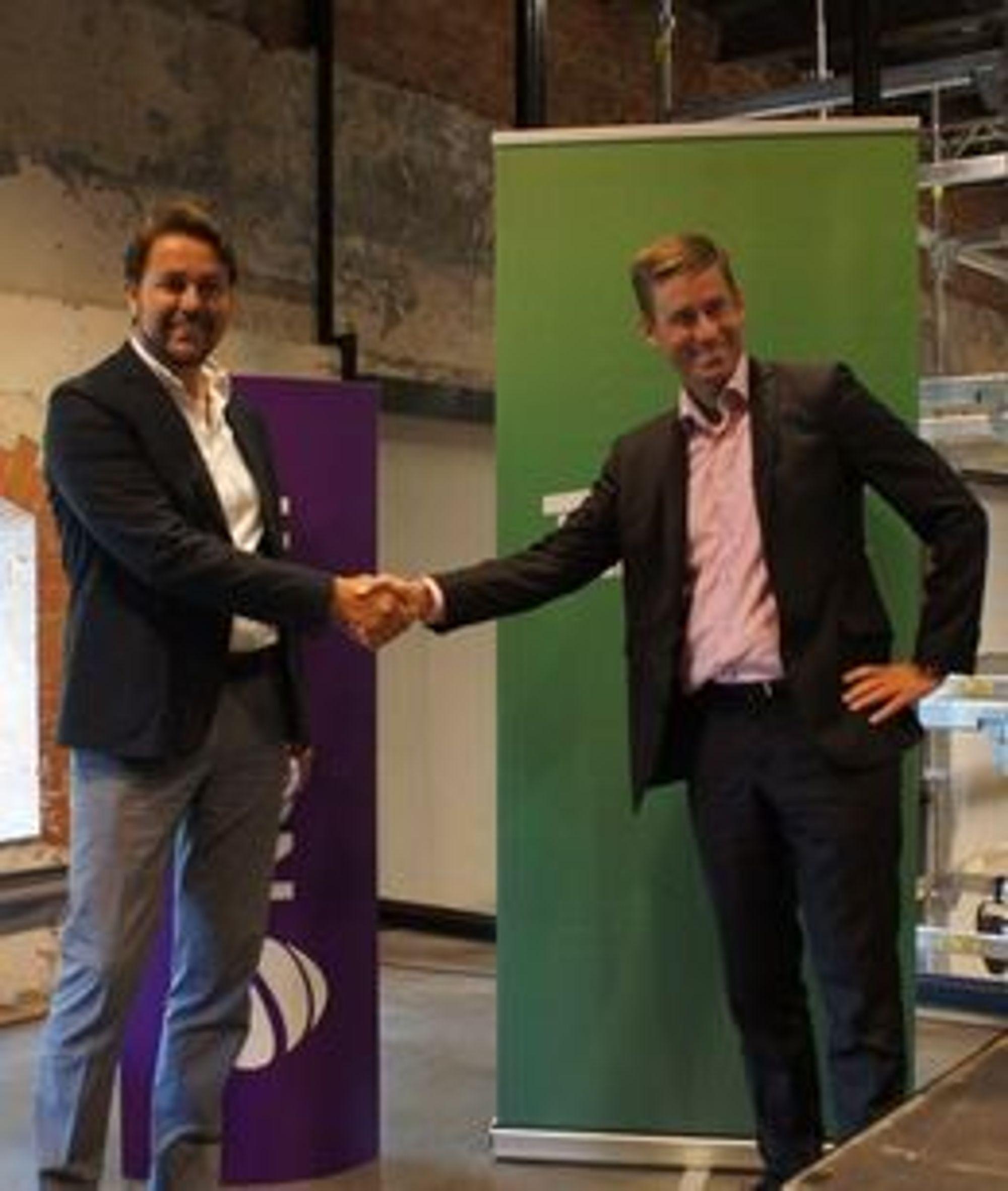 Tele2s norgessjef Arild Hustad og daværende Netcom-sjef August Baumann smilte bredt da oppkjøpet ble varslet i fjor sommer.