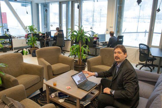 Jon von Tetzchner på plass i Vivaldis hovedkvarter hos Startuplab i Forskningsparken i Oslo. Totalt har selskapet 25 ansatte med kontorer også på Island og i Boston, USA.