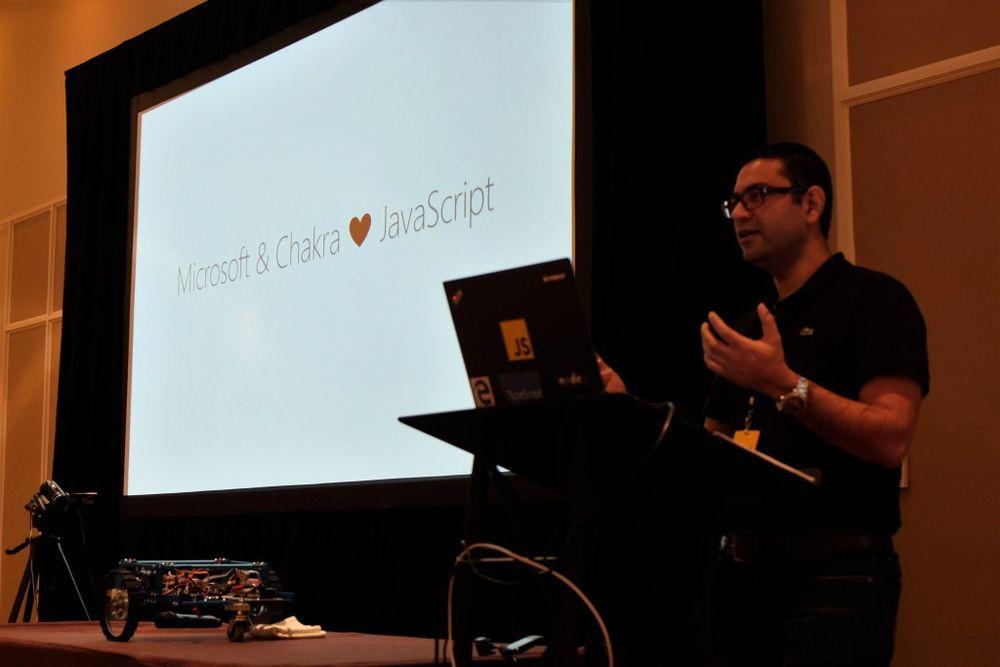 Gaurav Seth i Microsoft kunngjorde planene om ChakraCore fra scenen under JSConf US Last Call i Florida