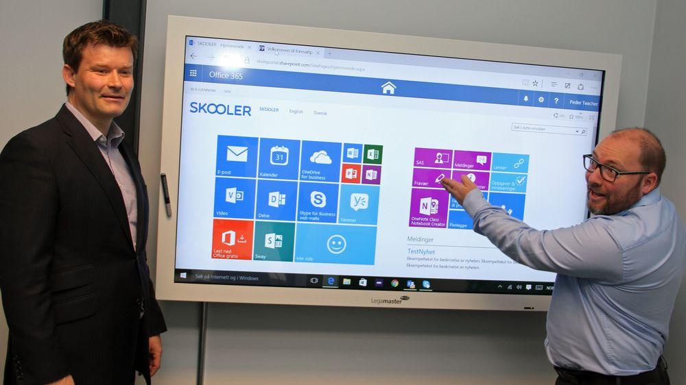 Skooler-funksjonalitet vises som egne fliser ved siden av standardfunksjonaliteten i Office 365. Til venstre står administrerende direktør i Avantardor, Lars Gunnar Fledsberg, mens teknologidirektør og gründer, Tor Ove Henriksen, peker og forklarer.