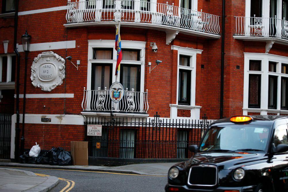 Hvis Assange forlater Ecuadors ambassade i London (bildet) blir han arrestert. Wikileaks-gründeren frykter utlevering til USA der en uviss skjebne kan vente ham.