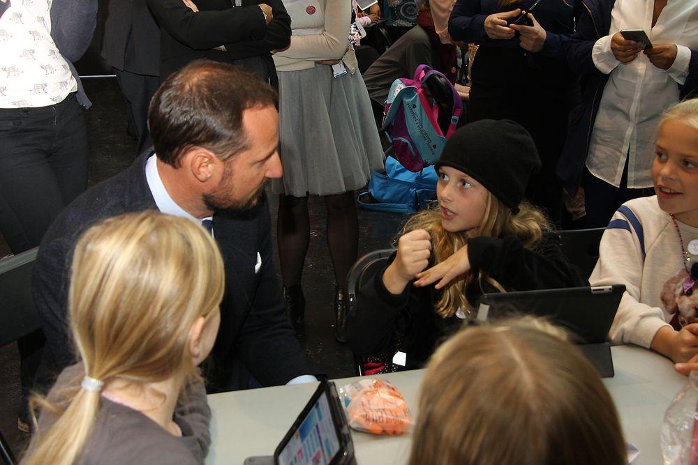Fjerdeklassingene hadde ingen problemer med å forklare Kronprins Haakon hva de lærte på teknologi-samlingen.