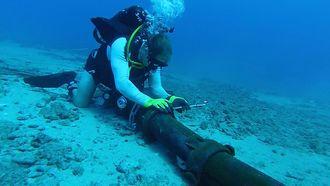 Det kan være krevende å reparere kappede sjøkabler, i alle fall på store dyp. Reparasjonen på bildet foregår på temmelig grunt vann.