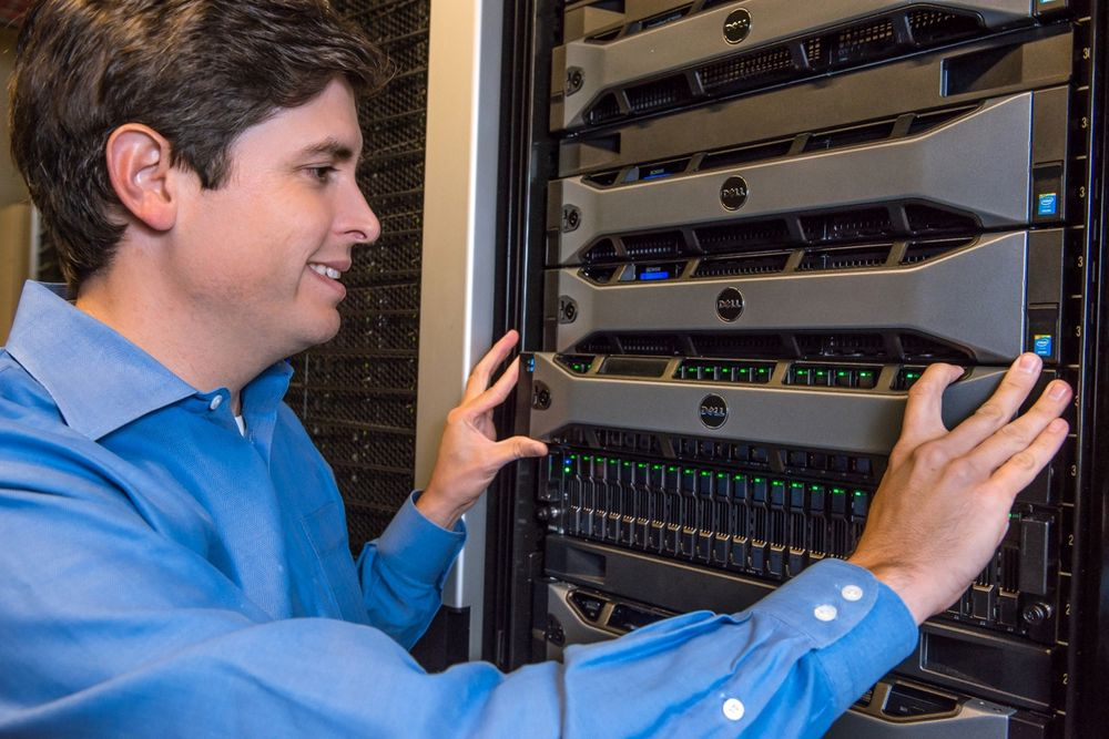 Dells lagringsdirektør, Travis Vigil, med lagringsløsninger i den nye SC9000-serien.