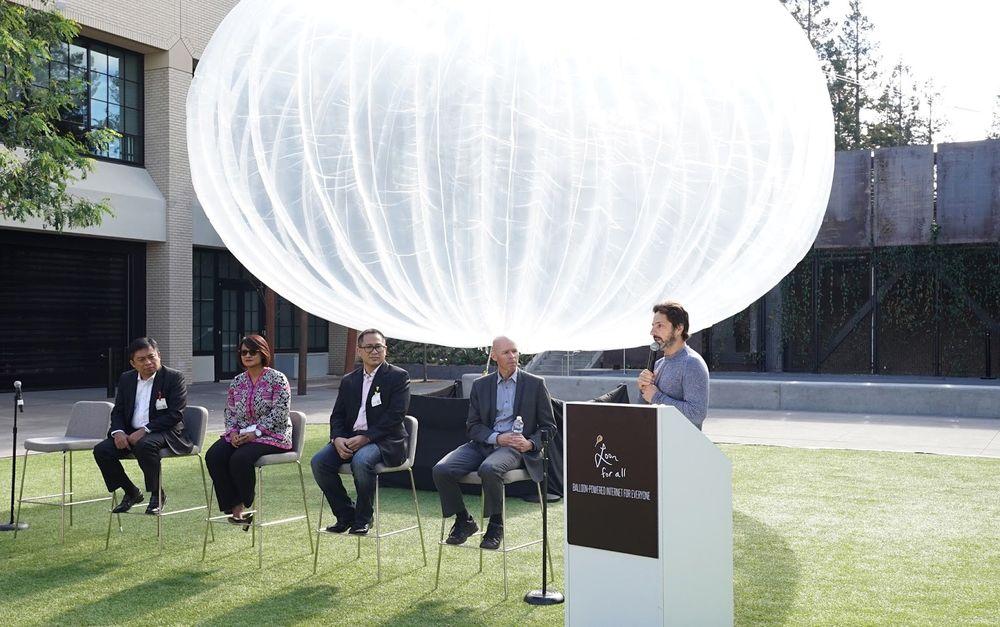 Alphabet-president Sergey Brin på talerstolen i Indonesia. Fra venstre Ririek Adriansyah, CEO i Telkomsel, Dian Siswarini, CEO i XL Axiata.  Alexander Rusli, CEO i  Indosat, og Mike Cassidy, som er sjef for Loon-prosjektet til Alphabet/Google.