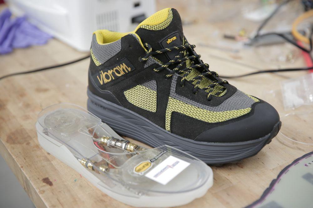 Med en ny type generator i skoene skal skrittenergi relativt effektivt kunne  konverteres til elektrisk energi. Forhåpentligvis er det mulig å gjøre teknologien noe mer kompakt enn det som er tilfellet med denne prototypen.