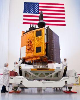 Montering av den andre GPS IIF-satellitten ved Boeings integrasjons- og testanlegg i El Segundo, California.