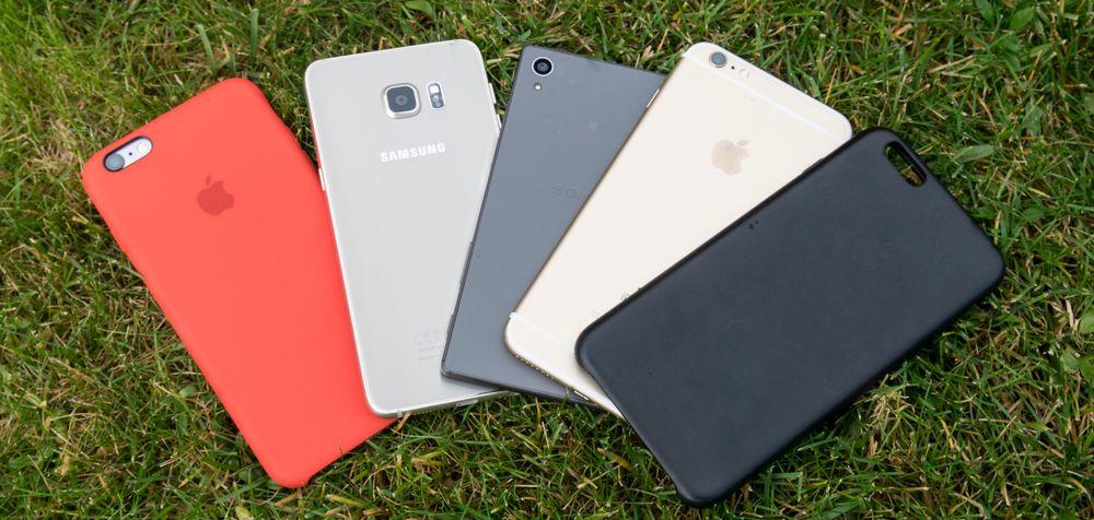 Noen av topptelefonene fra 2015. Fra venstre: iPhone 6S Plus i deksel, Galaxy S6 Edge+, Sony Xperia Z5 og iPhone 6S Plus med et svart deksel ved siden av.