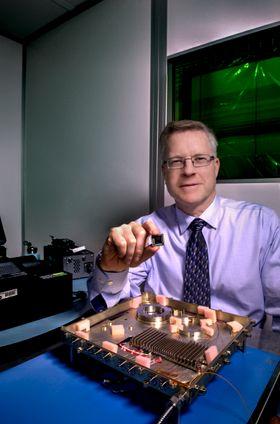 Mike Krainak i NASA med laser-basert modem og mikrobrikke.